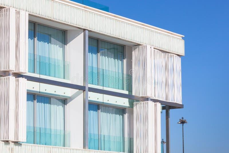 Balkons in een Nieuw Flatgebouw van de Muur van het Glas stock afbeeldingen