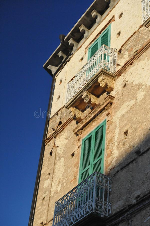 Balkons met groen verbrijzelen royalty-vrije stock afbeeldingen