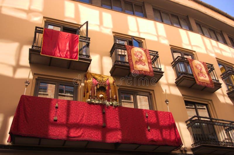 Balkons omhoog gekleed om de Corpus Christioptocht te ontvangen royalty-vrije stock fotografie