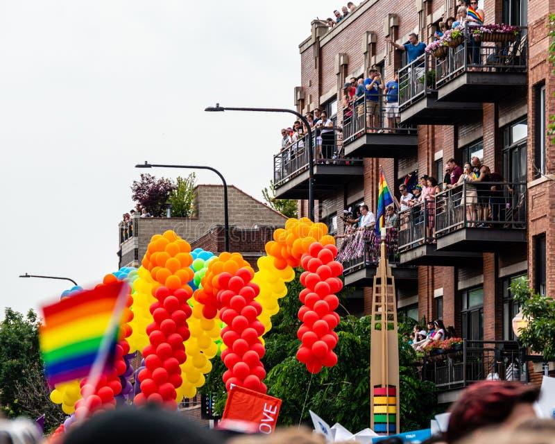 Balkontoeschouwers in Vrolijk Pride Parade Chicago, Illinois stock afbeelding