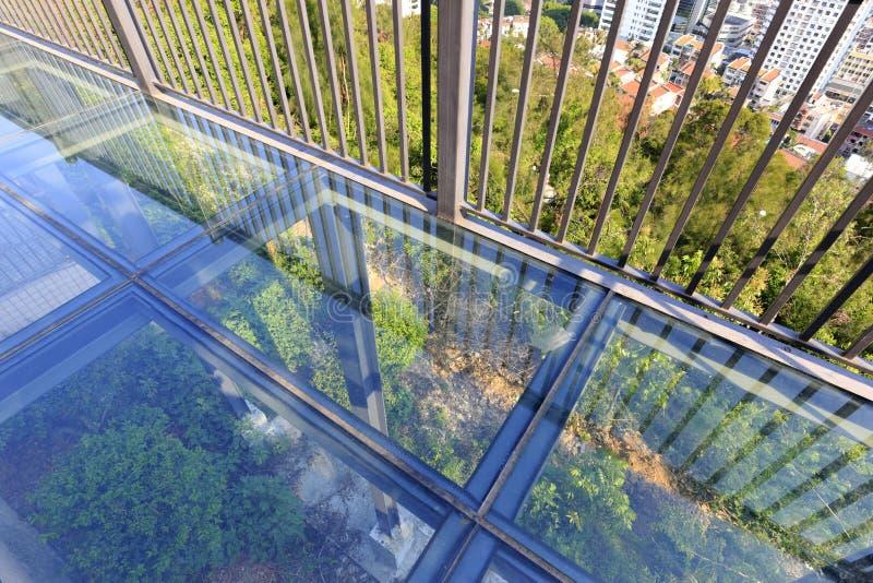 Balkontransparenter Glasboden, luftgetrockneter Ziegelstein rgb stockbild