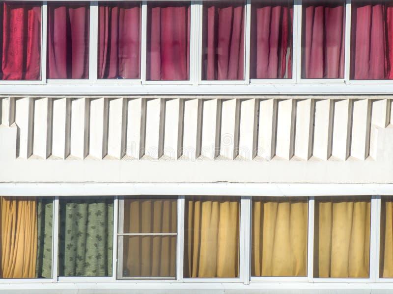 Balkonverglazing met kleurrijke textielgordijnen en architectura royalty-vrije stock afbeelding