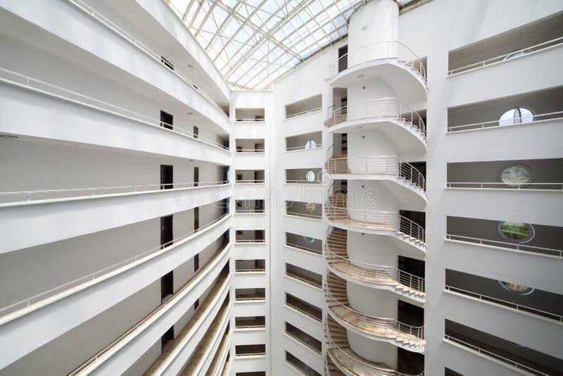 Balkony i ślimakowaty schody wśrodku Mój Morskiego siedziba kompleksu obrazy royalty free