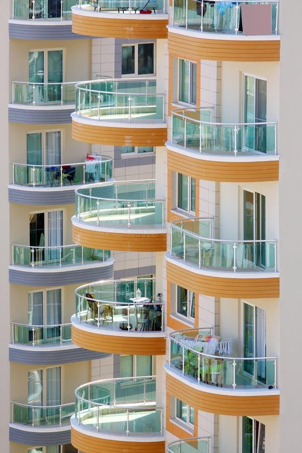 Balkony wysocy budynki z szklanymi poręczami obraz royalty free