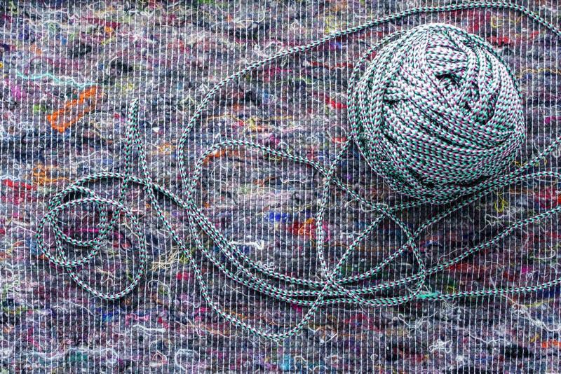 Ball des farbigen Seils auf einem Stoffhintergrund stockbild