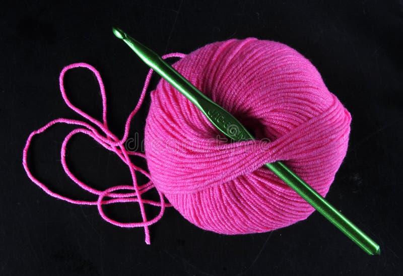 Ball des Garns in der rosa Farbe stockfotografie