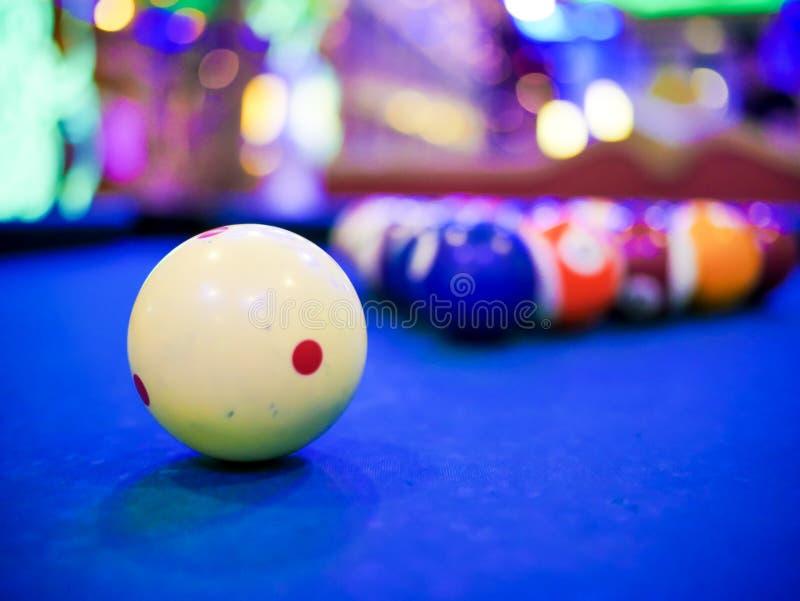 Ball-Zahlabschluß des Billardsnookers weißer oben auf blauer Tabelle des Pools stockfotografie