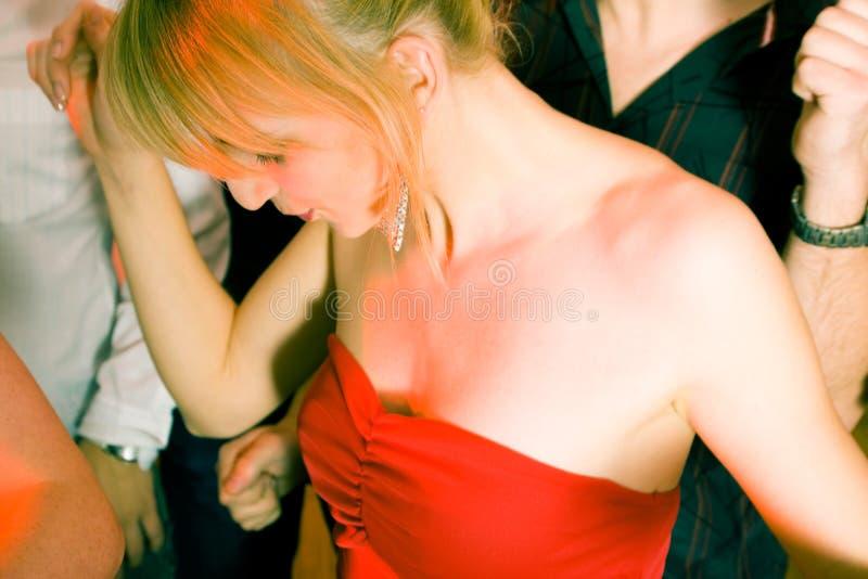 Ballando alla musica in una discoteca fotografie stock