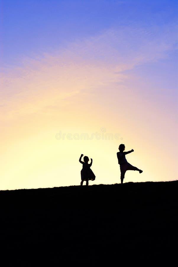 Ballando in cima alla collina fotografia stock