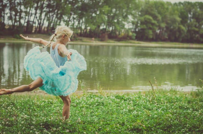 Ballando nella natura immagini stock libere da diritti