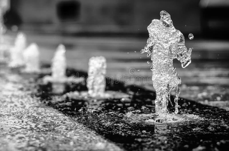 Ballando nella pioggia fotografia stock