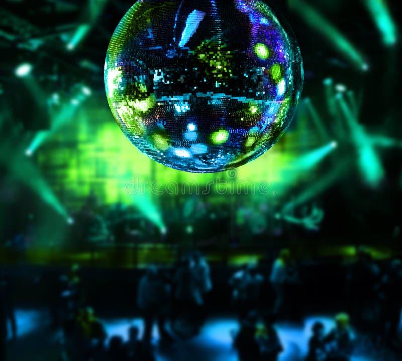 Ballando sotto la sfera dello specchio della discoteca fotografia stock