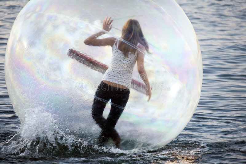 Ballando su una ragazza dell'acqua all'interno della sfera di plastica fotografie stock libere da diritti