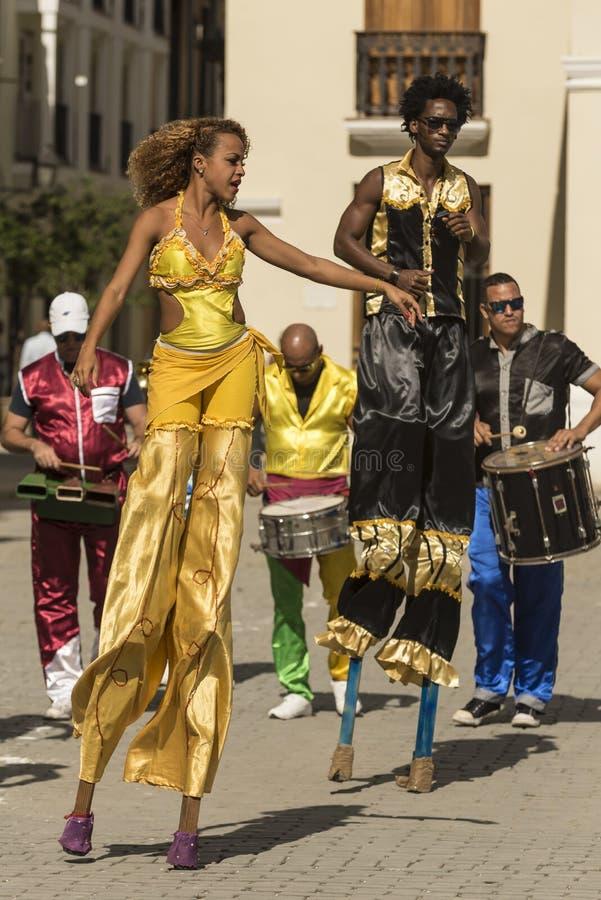 Ballando sui trampoli Avana immagini stock libere da diritti