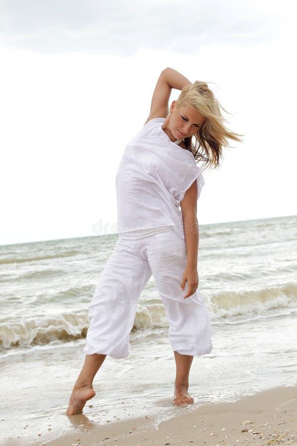 Ballando sulla spiaggia immagini stock libere da diritti