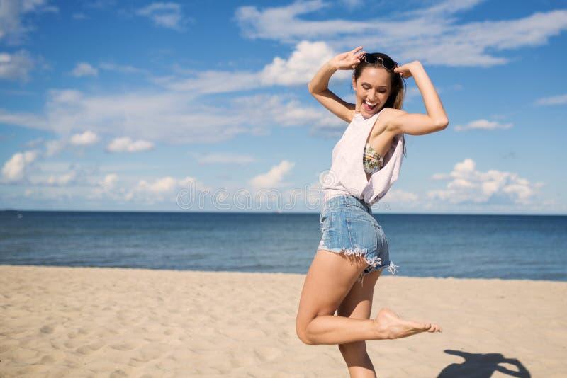 Ballando sulla spiaggia immagine stock