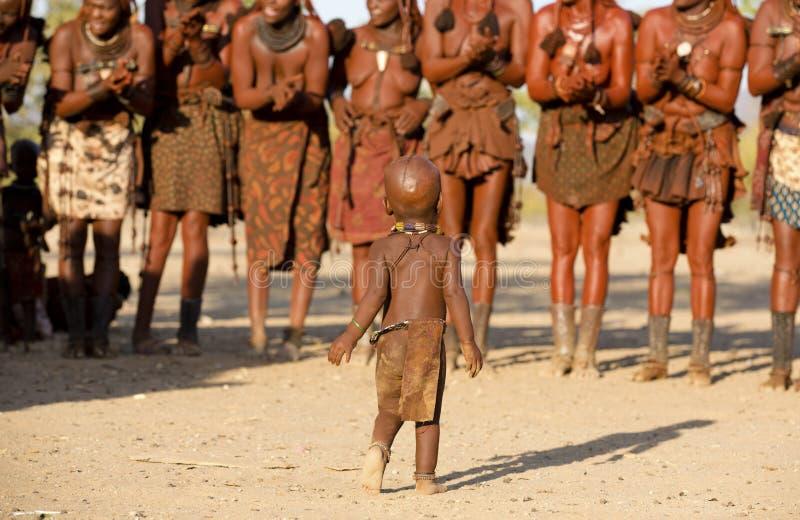Ballare delle donne di Himba immagini stock