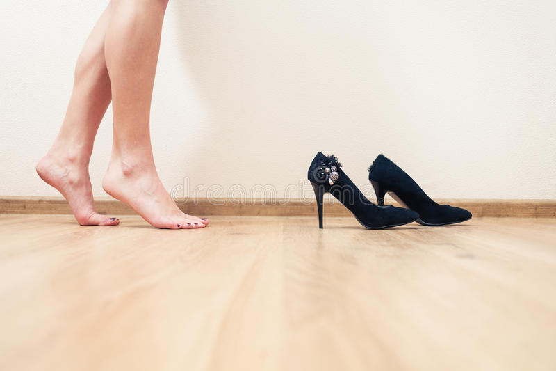 Le Donne Fornite Di Gambe Nude Si Avvicinano Alle Scarpe Del