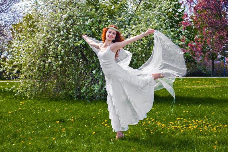 Ballare in primavera parco fotografia stock