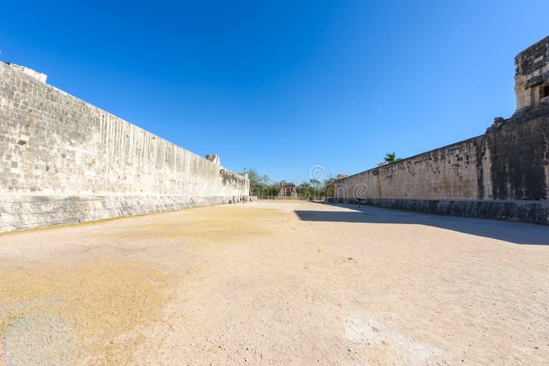ballcourt的看法在奇琴伊察,老历史的废墟的在尤加坦,墨西哥 免版税库存图片