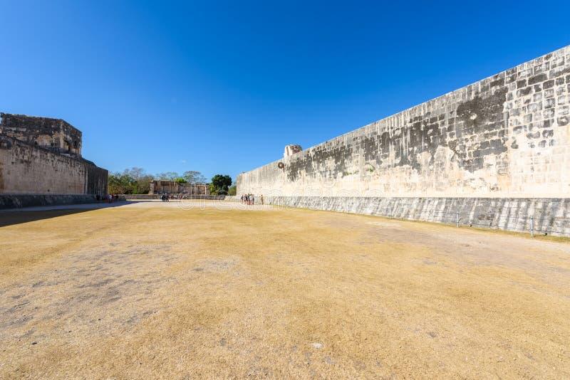 ballcourt的看法在奇琴伊察,老历史的废墟的在尤加坦,墨西哥 库存图片