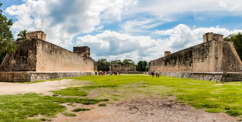 Ballcourt на Chichen Itza, Юкатане, Мексике стоковая фотография