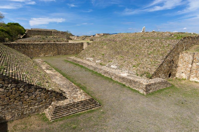 Ballcourten i Monte Alban Zapotec den arkeologiska platsen i Oaxaca royaltyfri foto