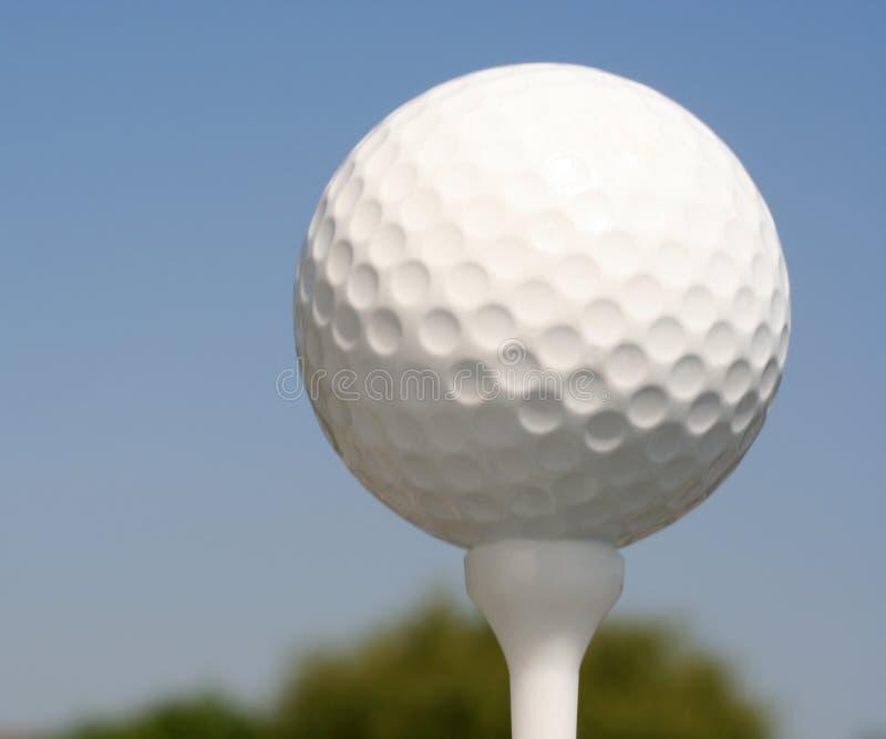 Balle de golf sur le té blanc images libres de droits