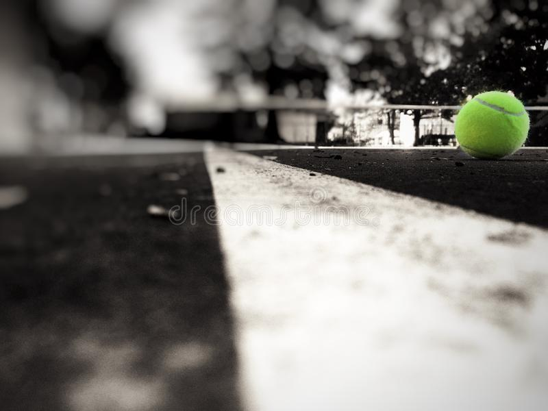 Balle de tennis et cour image libre de droits