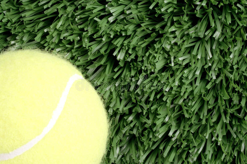 Balle de tennis et herbe image stock