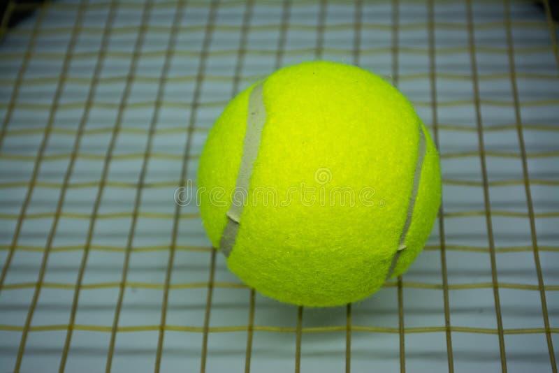 Balle de tennis jaune qui est équipement de sport pour le tennis en tant que sport international photos libres de droits