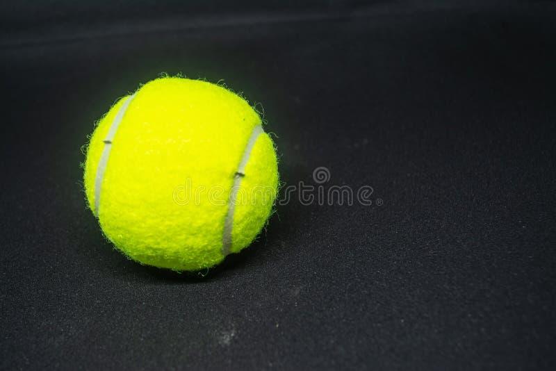 Balle de tennis jaune qui est équipement de sport pour le tennis en tant que sport international photographie stock libre de droits
