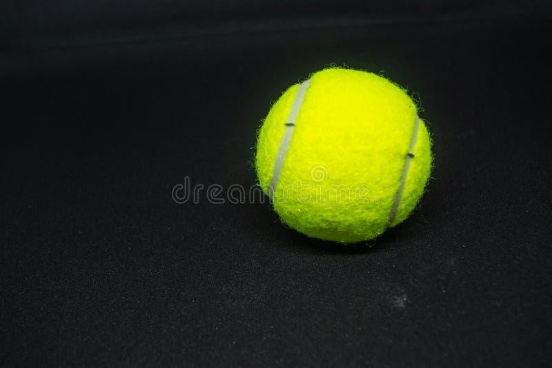 Balle de tennis jaune qui est équipement de sport pour le tennis en tant que sport international image libre de droits