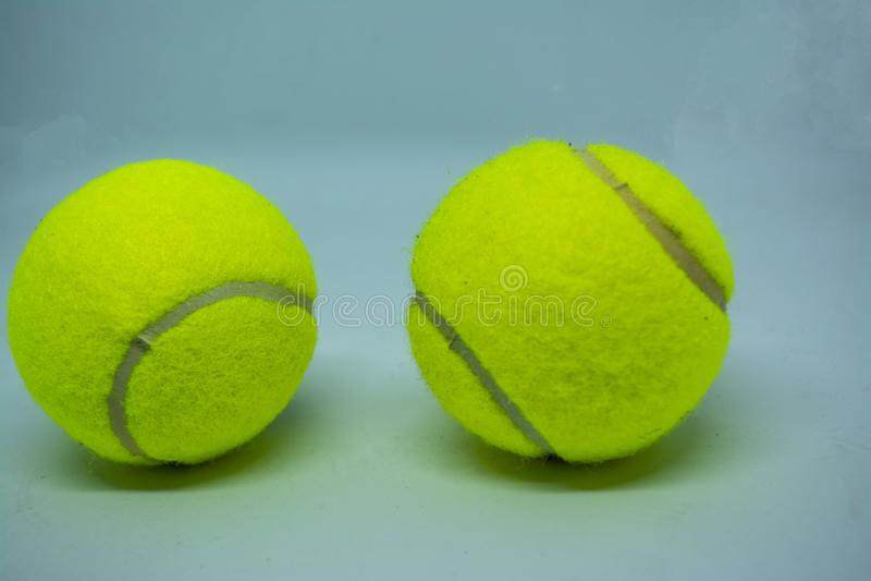 Balle de tennis jaune qui est équipement de sport pour le tennis en tant que sport international photo libre de droits