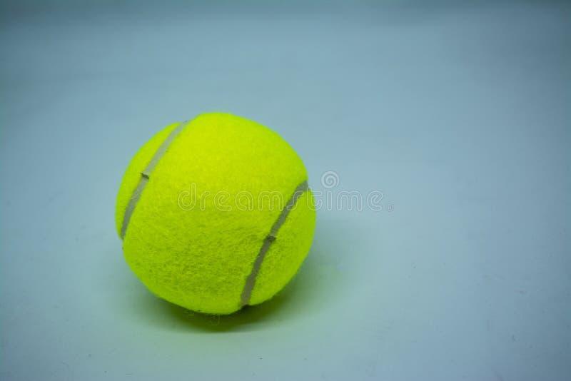 Balle de tennis jaune qui est équipement de sport pour le tennis en tant que sport international photographie stock