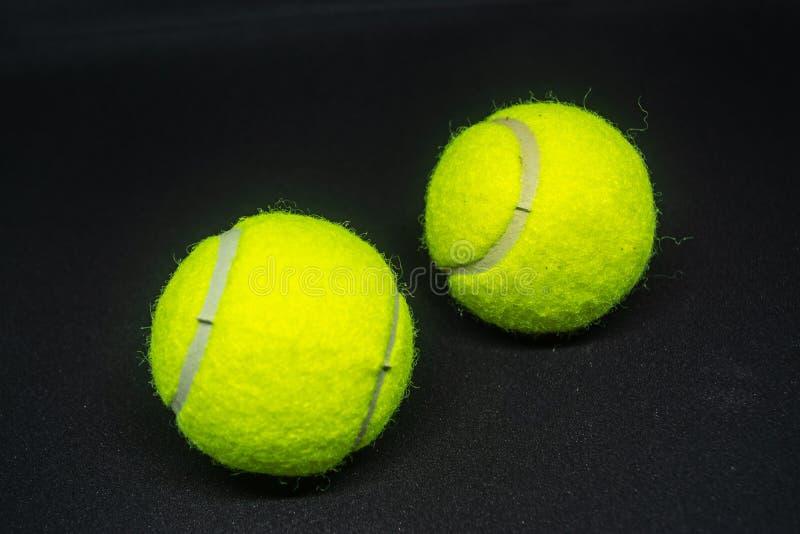 Balle de tennis jaune qui est équipement de sport pour le tennis en tant que sport international image stock