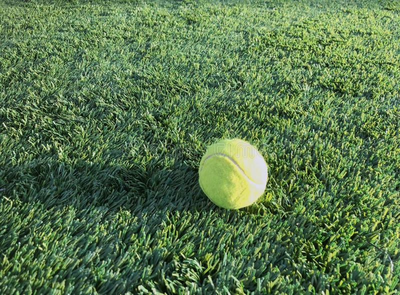 Balle de tennis sur un champ de sports Au sol de sports artificiel de gazon images libres de droits