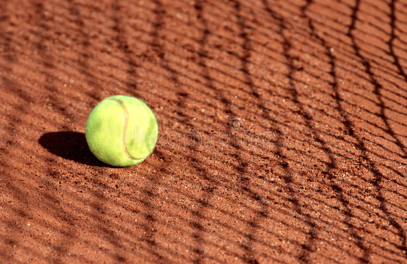 Balle de tennis sur une cour d'argile de tennis photos stock