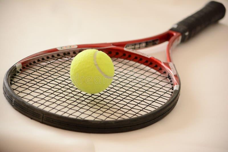 Balle de tennis sur une raquette photographie stock libre de droits