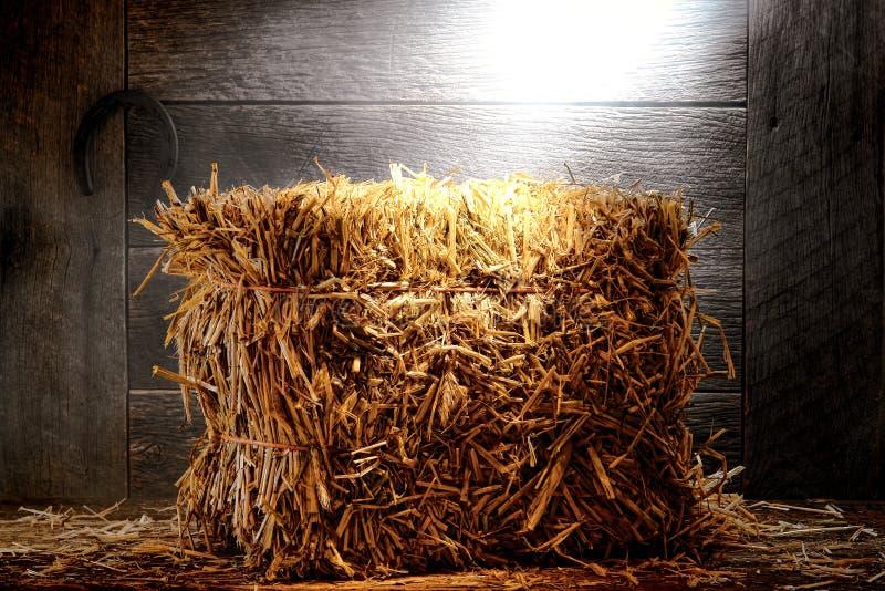 Ballen Stroh-Heu im alten staubigen Bauernhof-oder Ranch-Stall stockfotografie