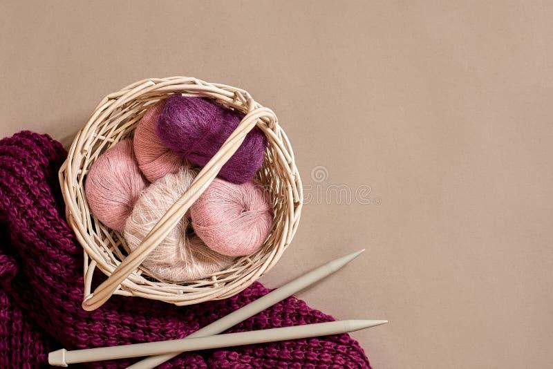Ballen van garens en breinaalden Skandinavische stijl Draden voor het breien in een mand stock afbeeldingen