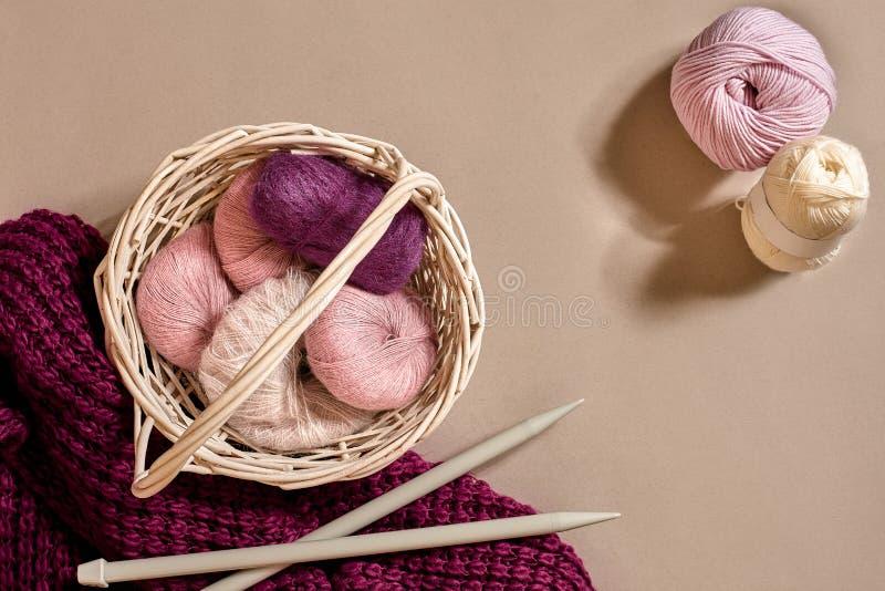 Ballen van garens en breinaalden Skandinavische stijl Draden voor het breien in een mand royalty-vrije stock fotografie