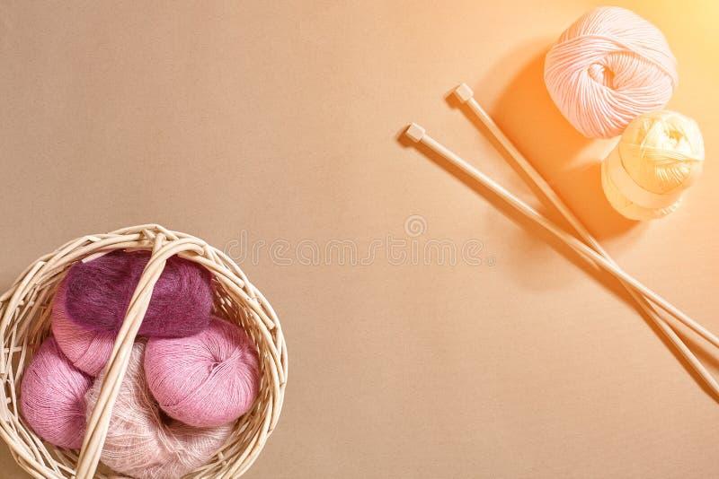 Ballen van garens en breinaalden Skandinavische stijl Draden voor het breien in een mand Zongloed stock fotografie