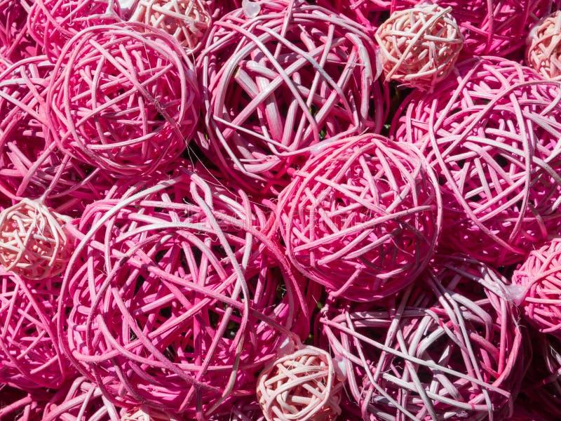 Ballen van multicolored stro en dunne takken stock afbeelding