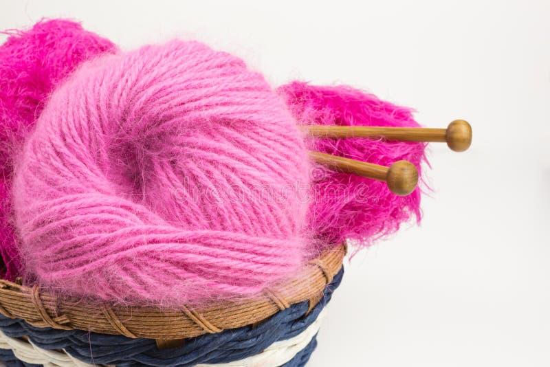 Ballen van wol met breinaalden royalty-vrije stock foto's