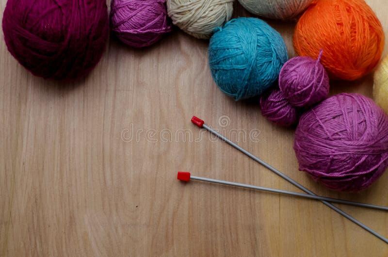 Download Ballen Van Wollen Garen Voor Het Breien Op De Lijst Warme Gekke Kleren Stock Foto - Afbeelding bestaande uit bundel, ambacht: 107701660