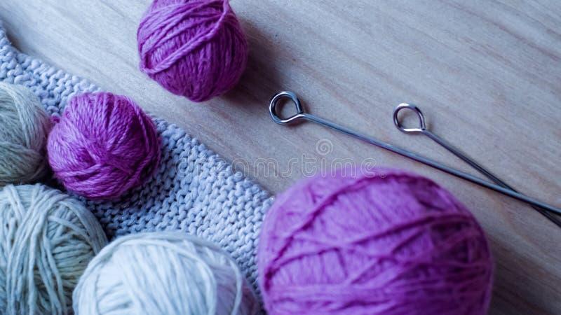 Download Ballen Van Wollen Garen Voor Het Breien Op De Lijst Warme Gekke Kleren Stock Foto - Afbeelding bestaande uit zacht, kleur: 107701724