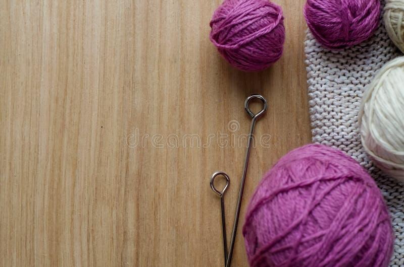 Download Ballen Van Wollen Garen Voor Het Breien Op De Lijst Warme Gekke Kleren Stock Foto - Afbeelding bestaande uit beroep, zacht: 107701760