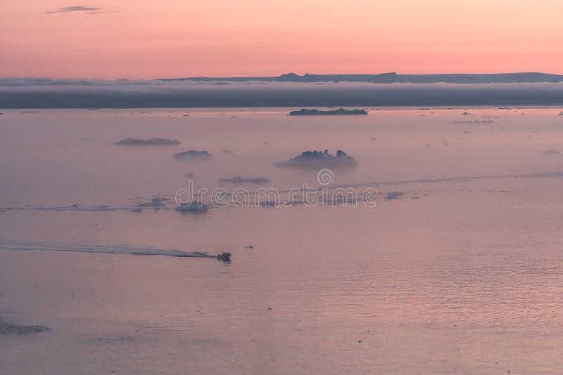 3 ballena jorobada bucear cerca de Ilulissat entre icebergs durante el sol rosa de medianoche Amanecer y atardecer Su fuente es l fotos de archivo libres de regalías