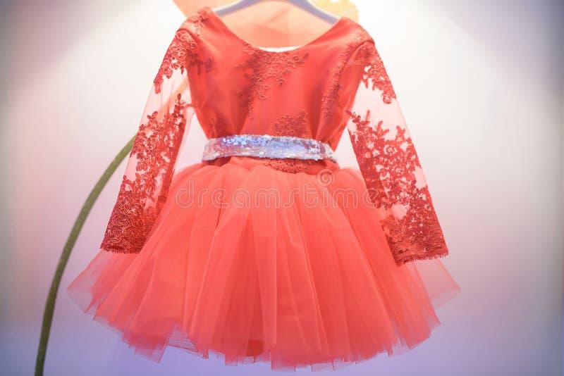 Ballerina ähnliches Kleid mit einer gestickten Seide zeichnete Spitze und lange Spitzen- Ärmel, ein Tulle-Filetarbeitsrock und ei stockfotografie